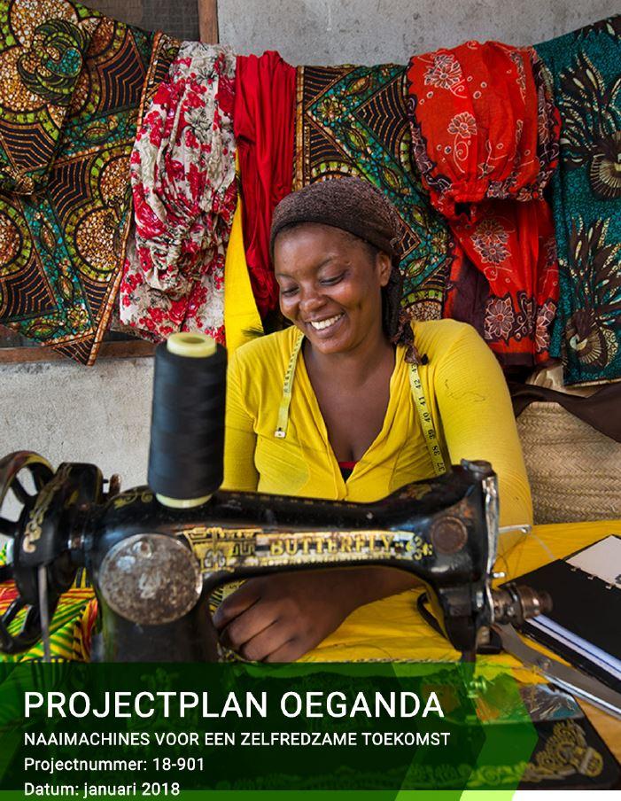 Foto van het projectplan Oeganda. U ziet hier een gelukkige vrouw achter een naaimachine.
